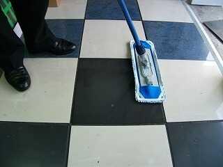 雨の日の水滴は吸水タイプのモップを使う方が効果的です